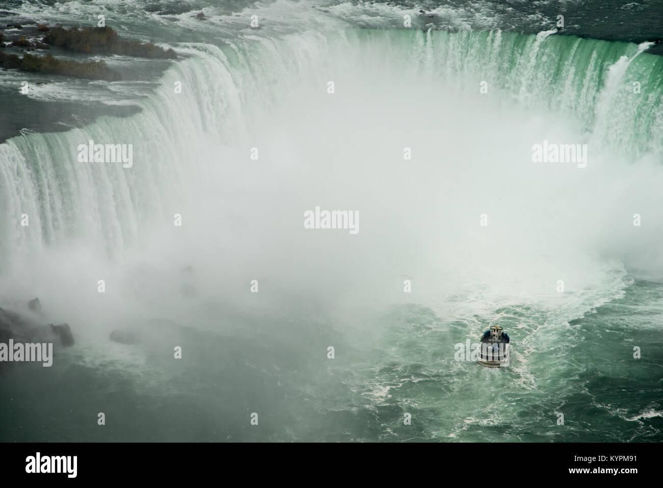 Mädchen des Nebels Ansätze Horseshoe Falls in Niagara Falls, Ontario, Kanada Stockfoto