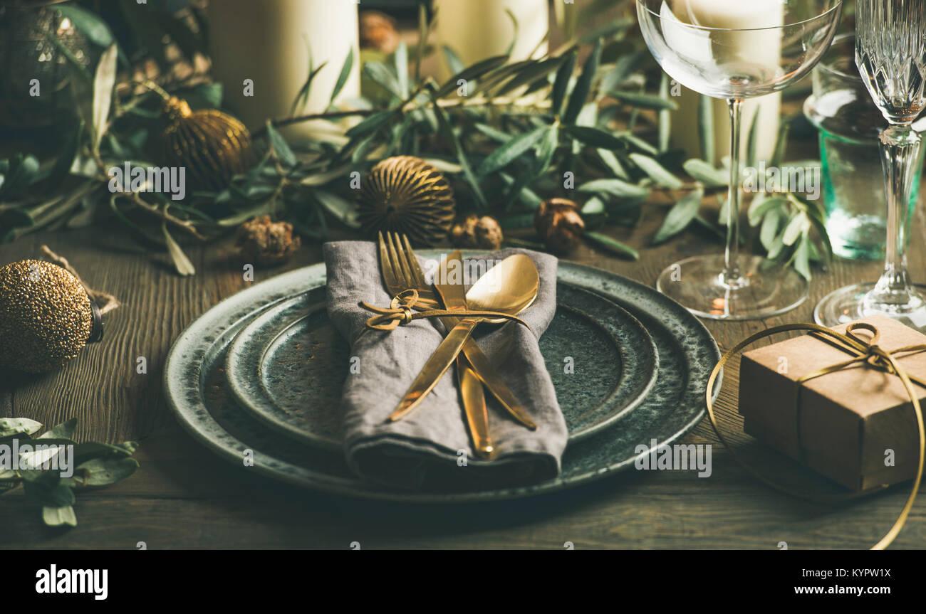 Weihnachten oder Silvester Urlaub Tabelle einstellen. Teller, Besteck, Gläser, Kerzen, Olivenzweige und Spielzeug Stockbild