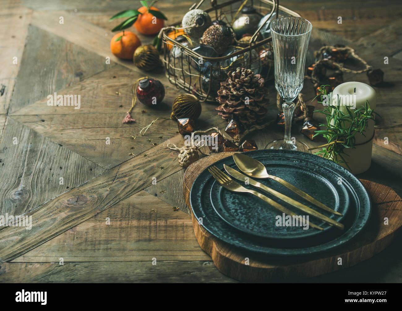 Weihnachten oder Silvester Urlaub Tabelle einstellen. Teller, Besteck, Champagner im Glas, Kerze und Spielzeug festliche Stockbild