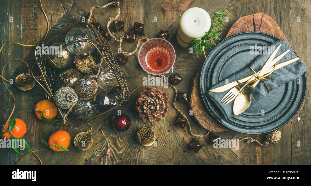 Weihnachten oder Silvester Urlaub Tabelle einstellen. Flachbild-lay von Teller, Besteck, Champagner im Glas, Kerze Stockbild