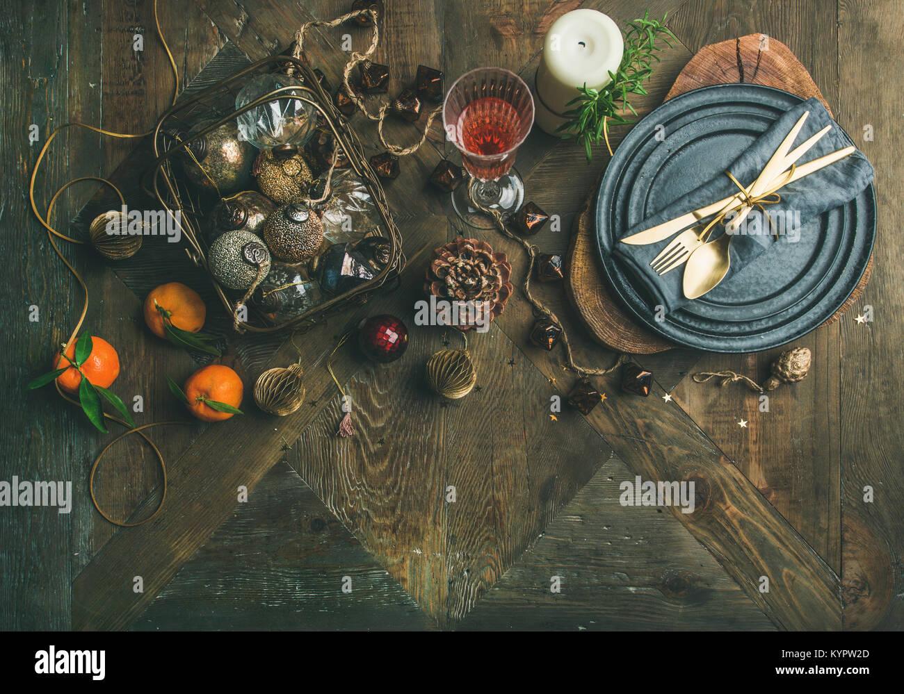 Weihnachten oder Silvester Urlaub Tabelle einstellen. Flachbild-lay von Teller, Besteck, shampaigne in Glas, Kerze Stockbild