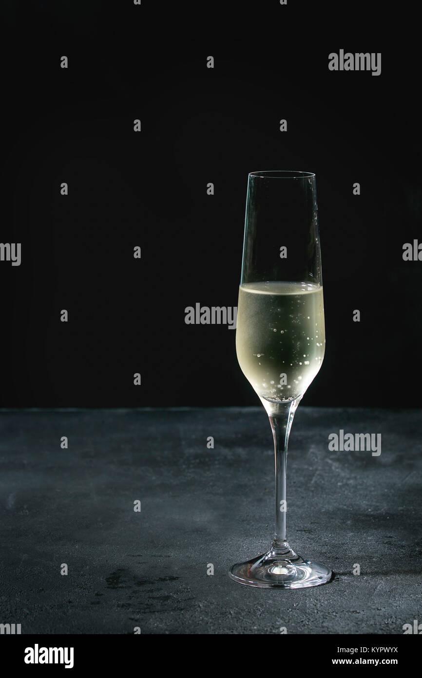 Ein Glas weiß Champagner über dunkle Textur Hintergrund. Platz kopieren Stockbild