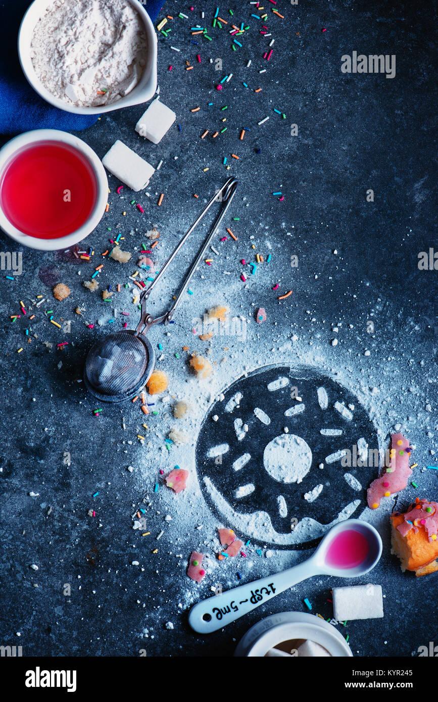 Silhouette einer Donut mit Zucker Pulver hergestellt. Kochen mit Mehl, Verglasung, Zucker legen und Streuseln. Backen Stockbild