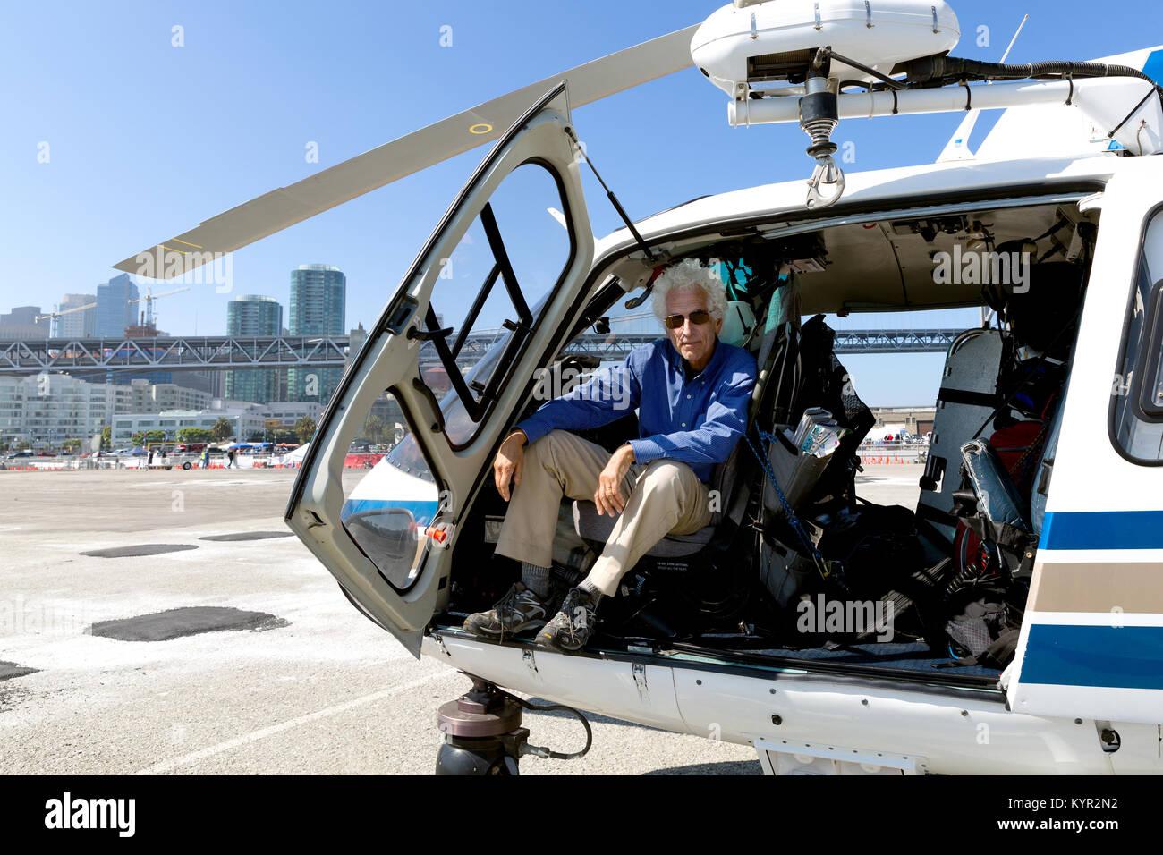 Lterer mann im pilotensitz eines hubschraubers auf dem for Tur mit scheckkarte offnen