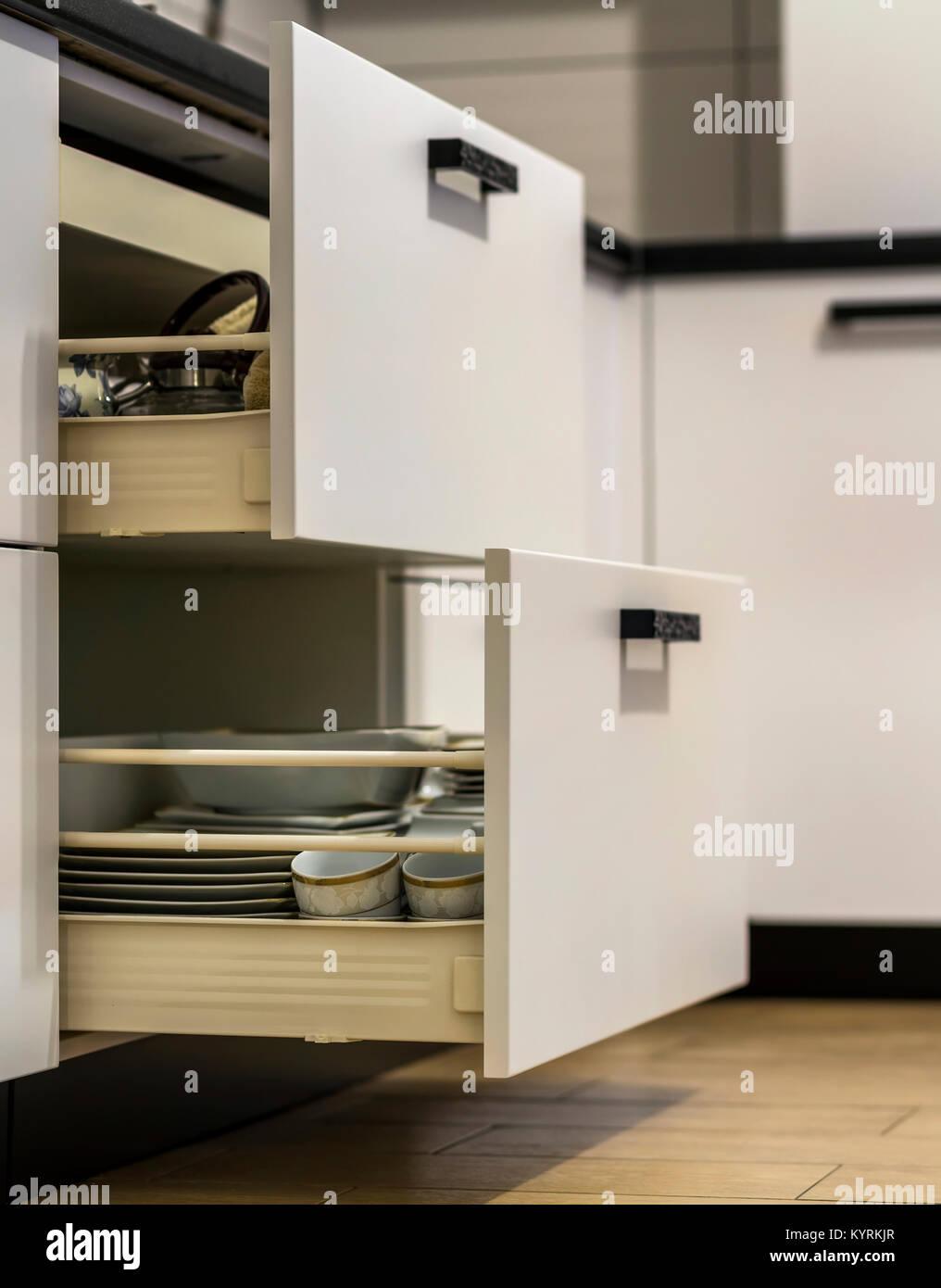 Küche Schubladen mit Teller und Tassen Geschirr öffnen Stockfoto ...