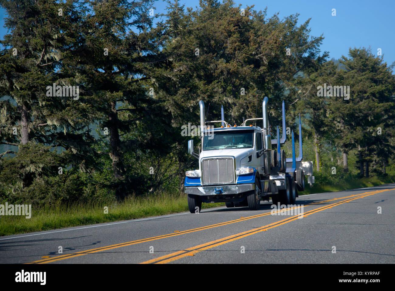 Eine große, leistungsfähige kommerzielle Blau halb LKW-Transporte ...