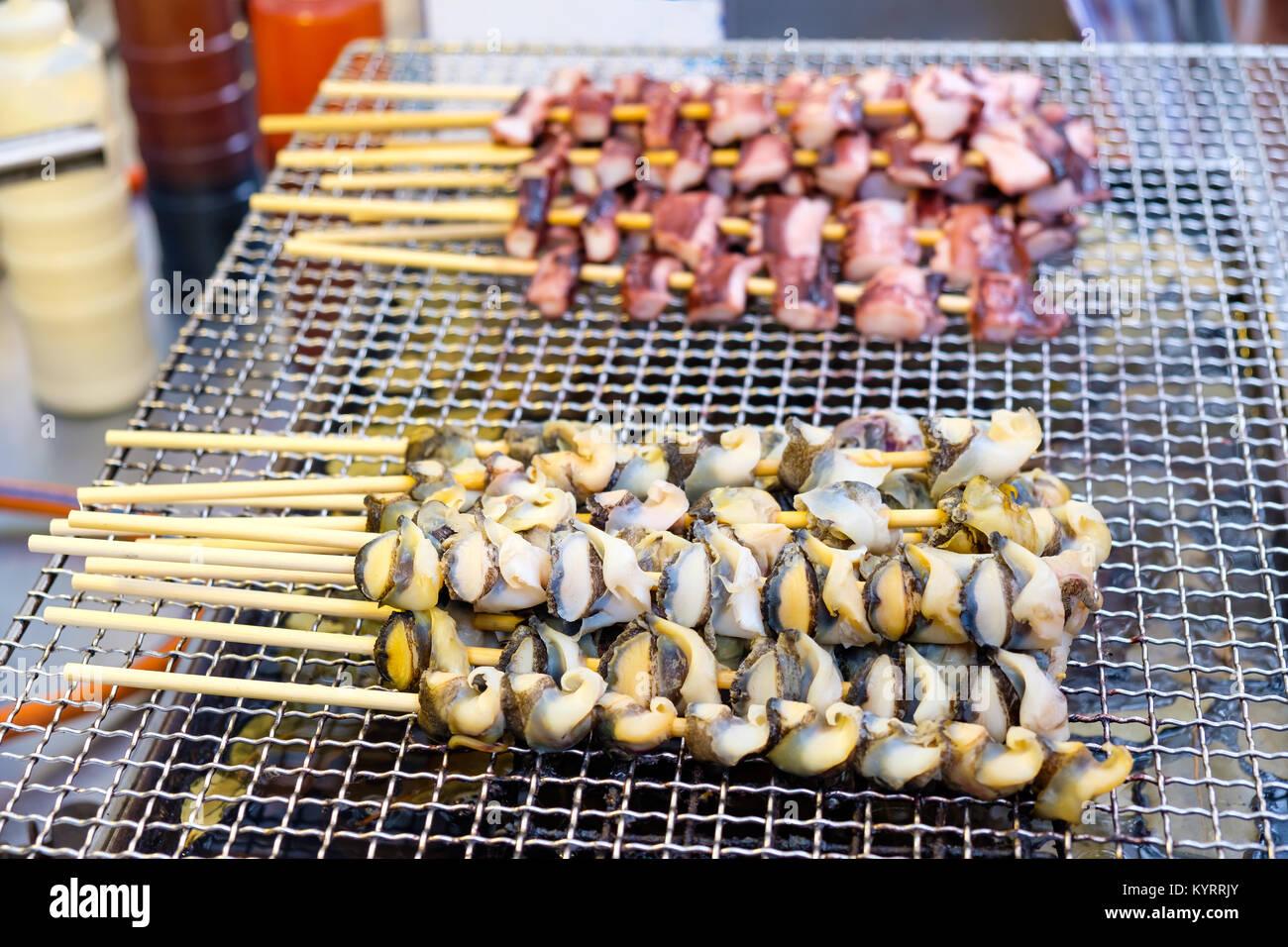 Aufgespießt auf bambusstöcken lecker Tintenfisch Tentakel und conch Fleisch (Koreanische Street Food) Stockbild