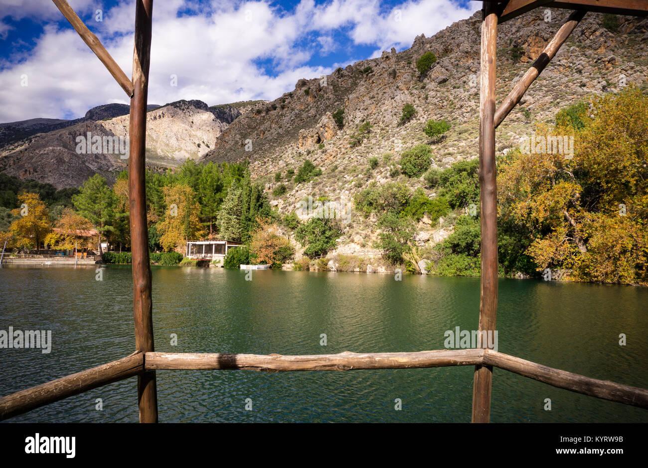 Gerade die See von Zaros aus einem Rahmen von Wäldern. Insel Kreta ...