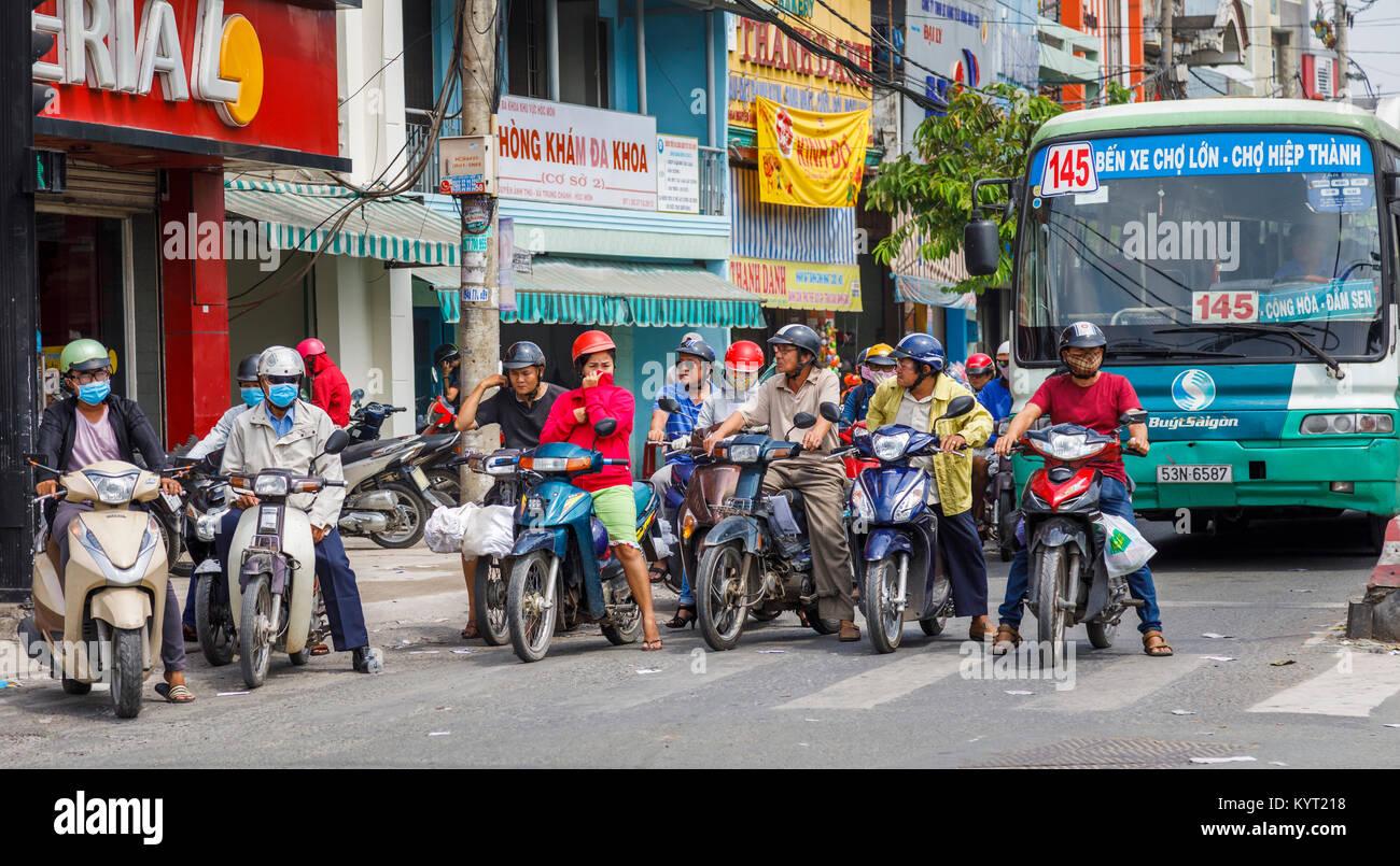 Lokalen vietnamesischen Lifestyle: Typische überfüllten street view in Saigon (Ho Chi Minh City), South Stockbild