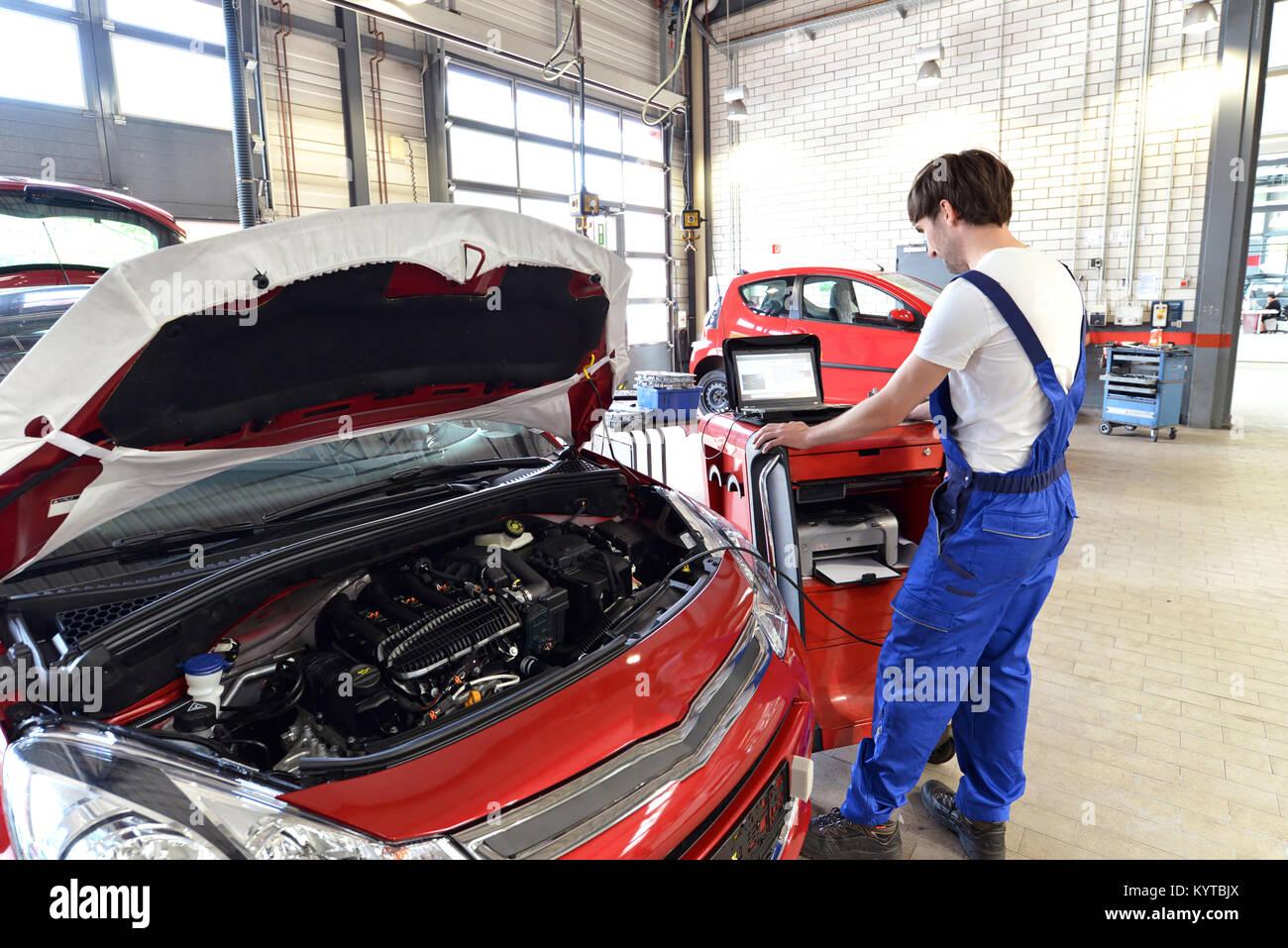 Mechanische Reparaturen Motor von einem Automobil mit Hilfe eines Diagnosegeräts die Computer Stockbild