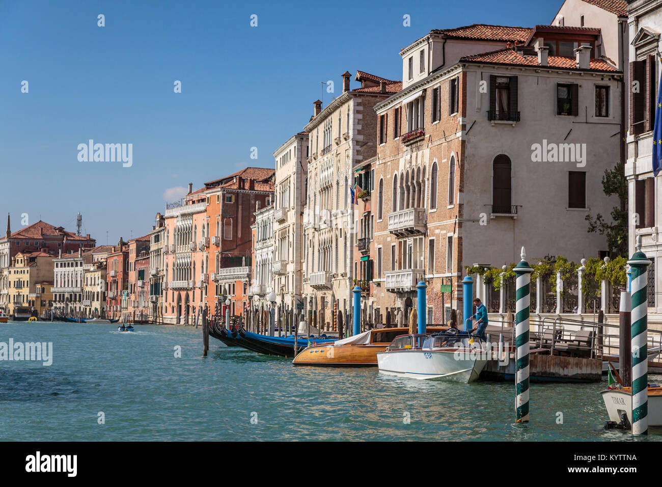 Gebäude und Boote entlang des Canal Grande in Veneto, Venedig, Italien, Europa, Stockbild
