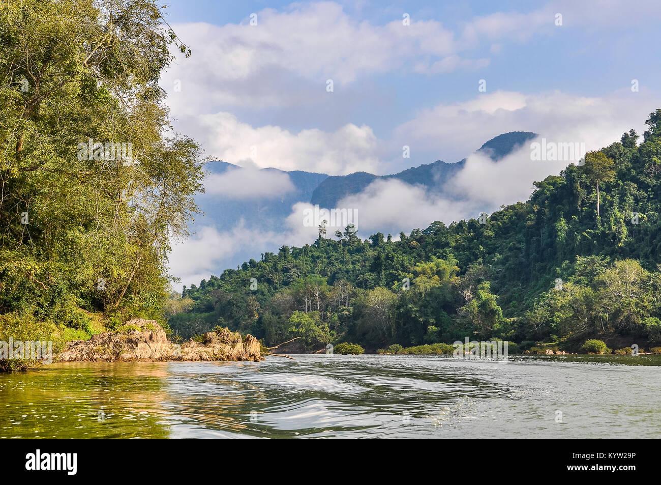 Auenlandschaft auf dem Nam Ou Fluss im nördlichen Laos Stockbild