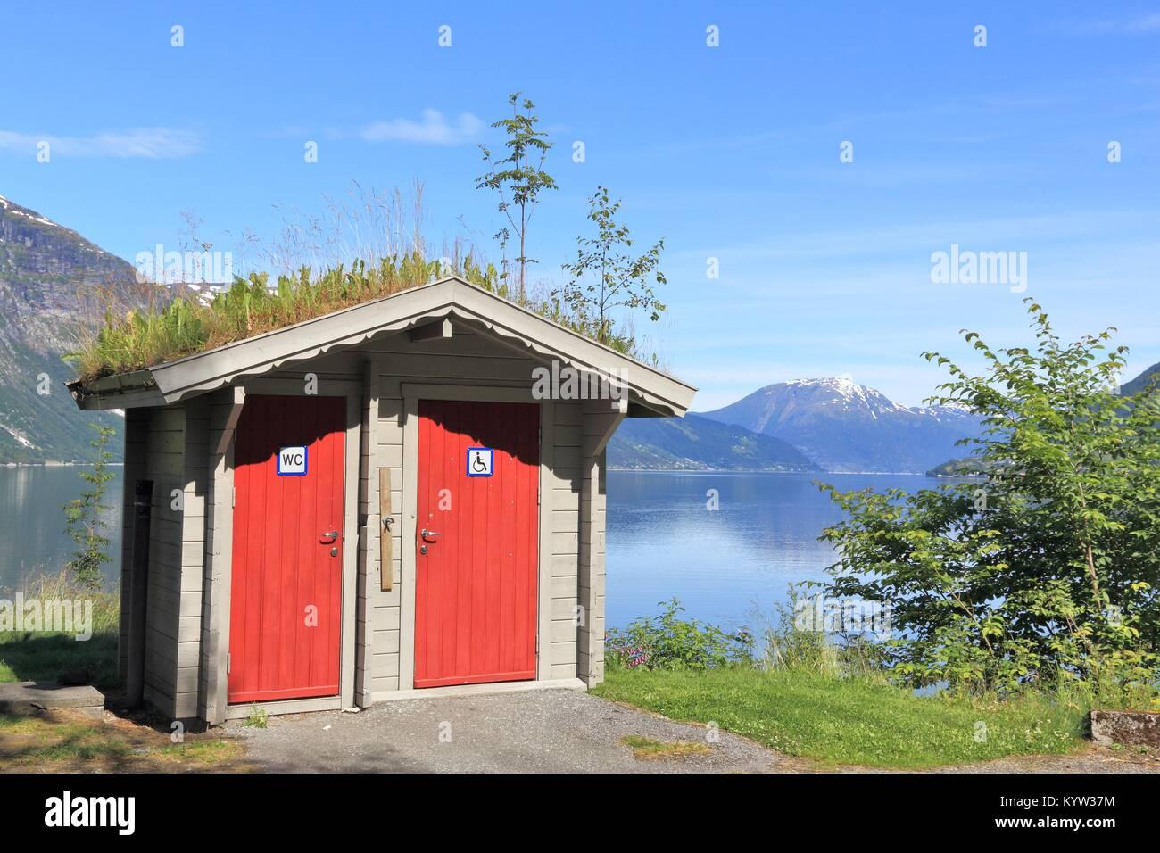 Touristische Toilette an einer Raststätte direkt an einem Fjord in Norwegen. Hardangerfjord. Stockbild
