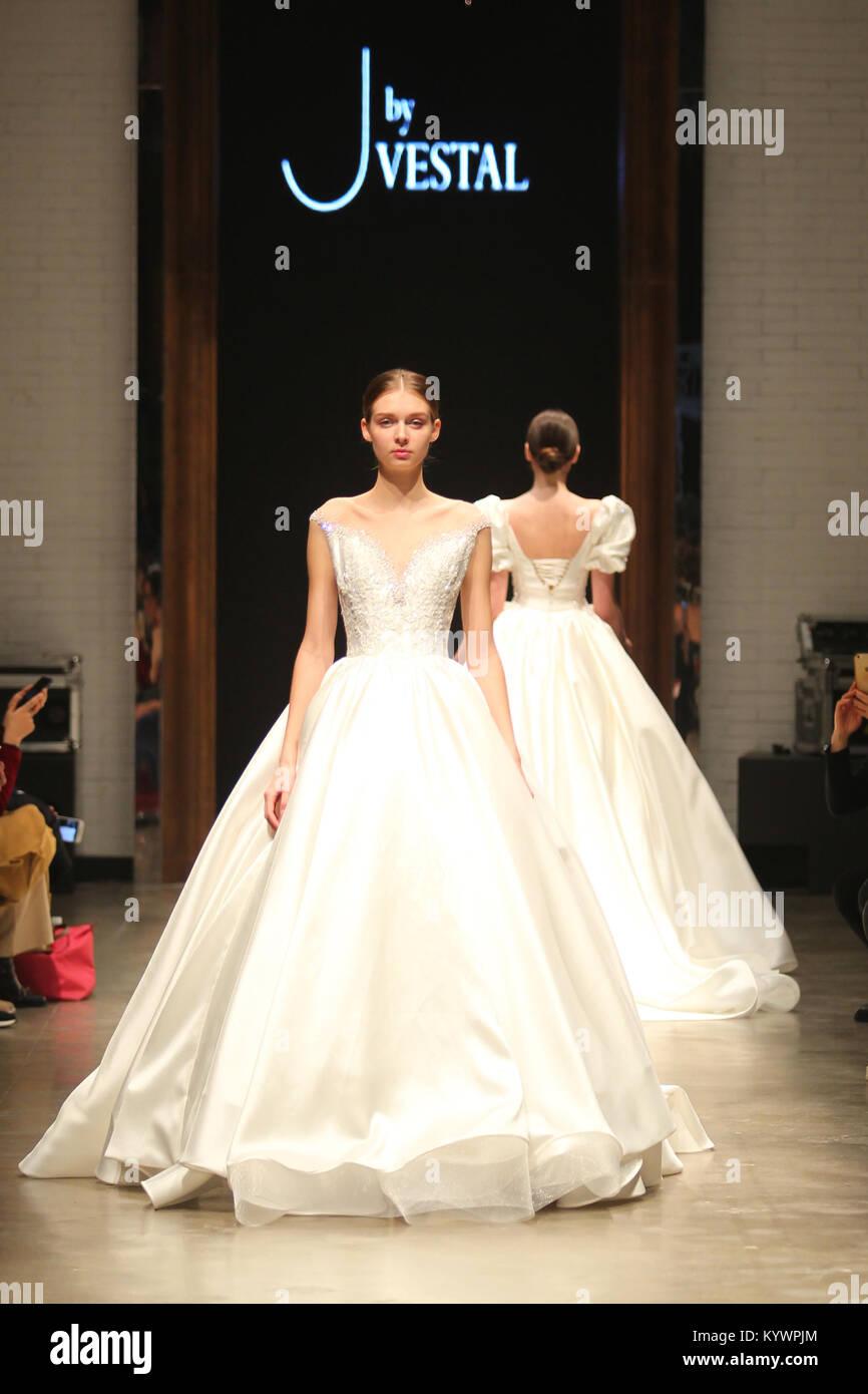 Shanghai, China. 16 Jan, 2018. Modelle präsentieren Brautkleider ...