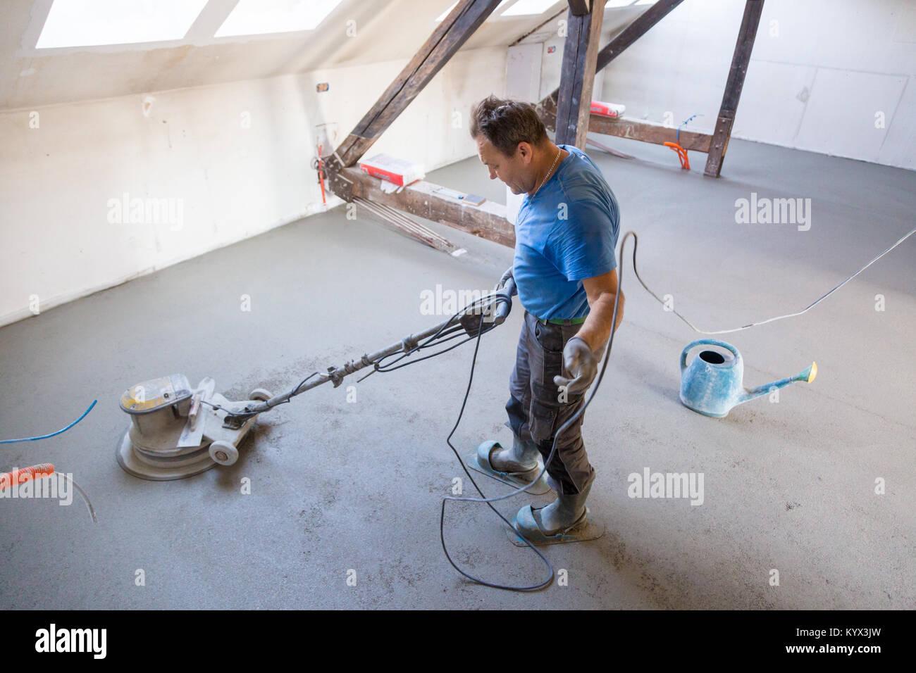 arbeiter polieren sand und zement estrich boden stockfoto bild 172062657 alamy. Black Bedroom Furniture Sets. Home Design Ideas