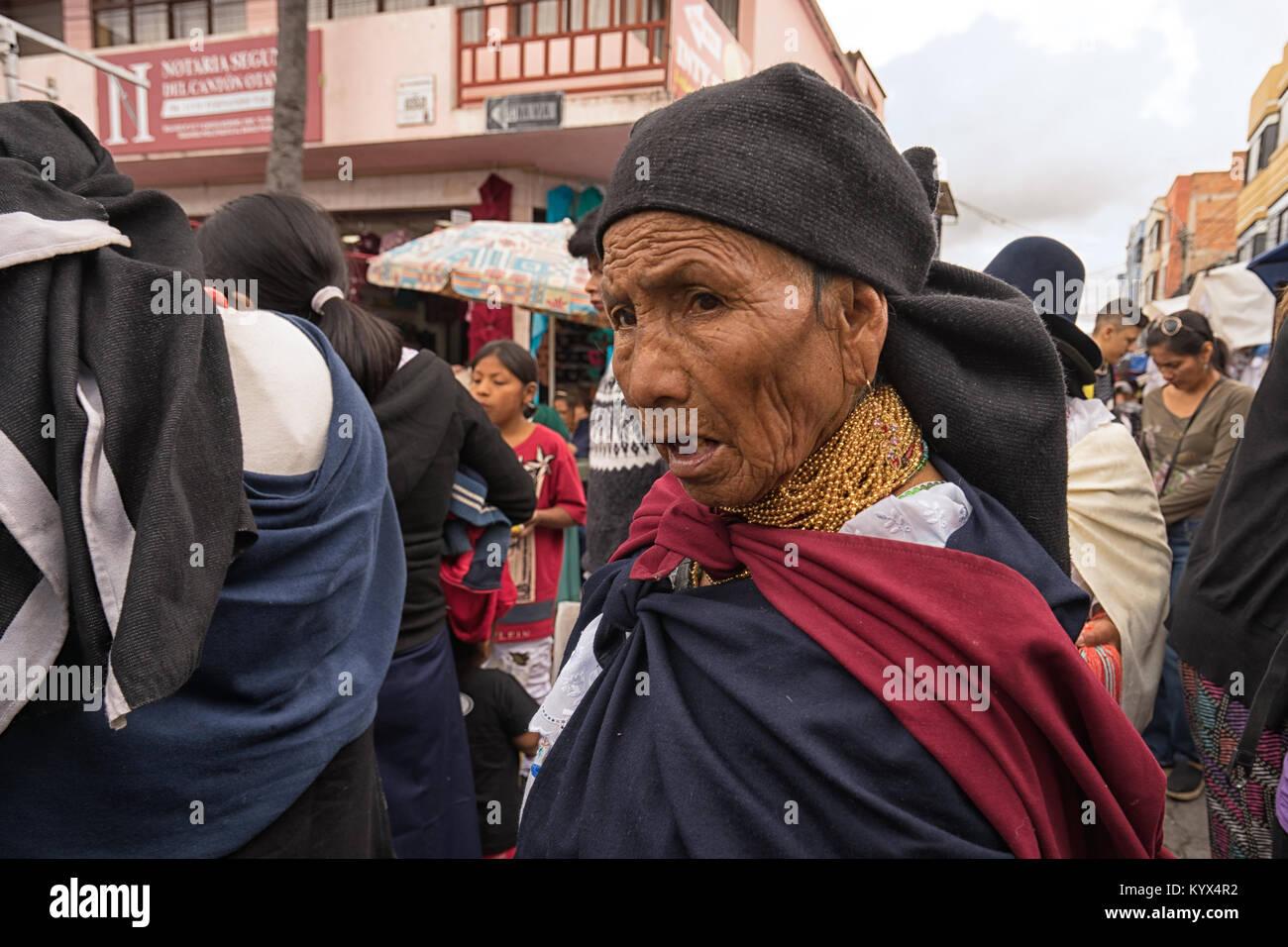 Otavalo, Ecuador - Januar 13, 2018: Nahaufnahme einer indigenen Quechua Frau zu Fuß durch Th Samstag Handwerker Stockbild