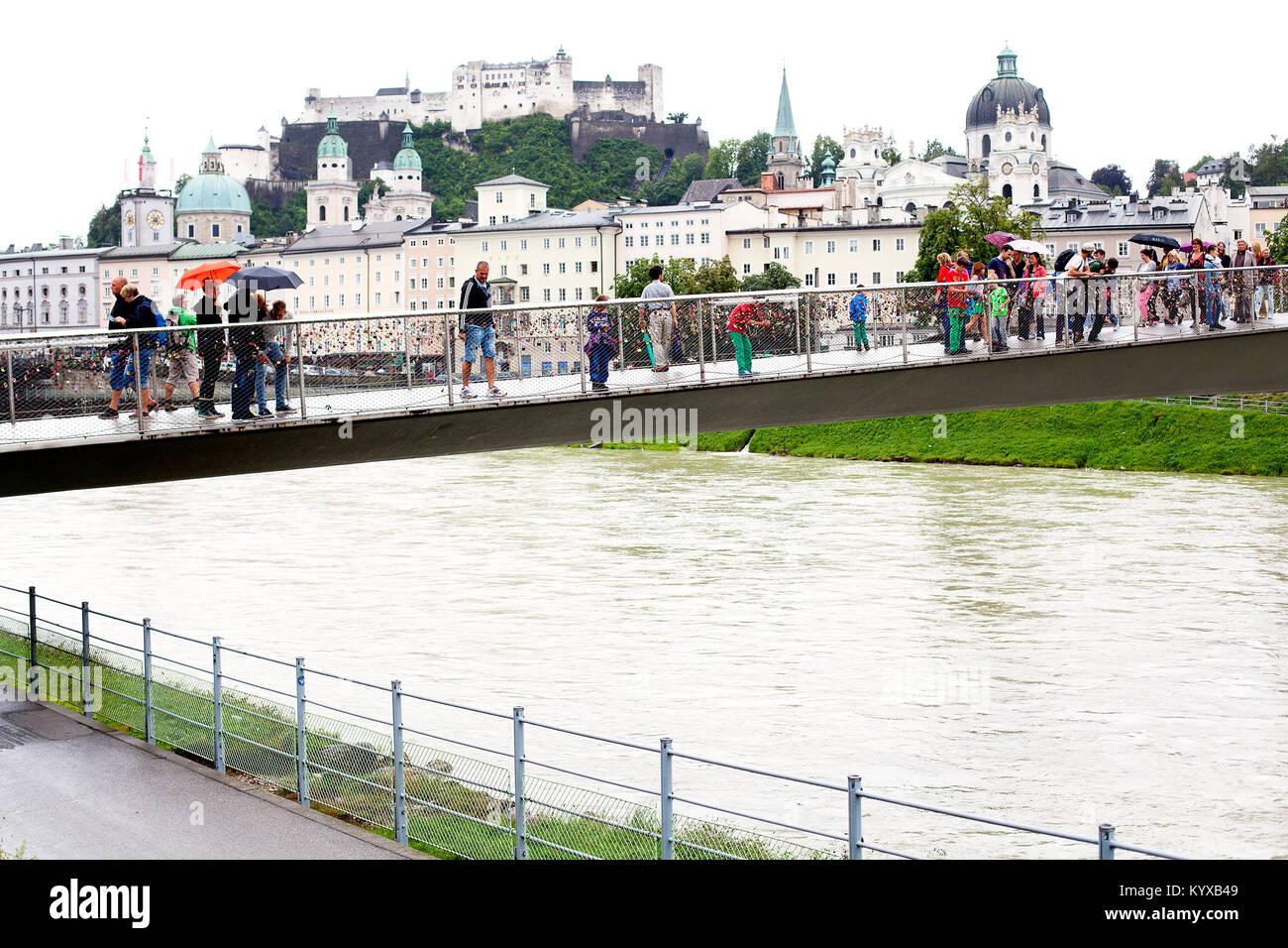 Die Festung Hohensalzburg und Makartsteg Brücke an einem regnerischen Tag in Salzburg. Stockbild