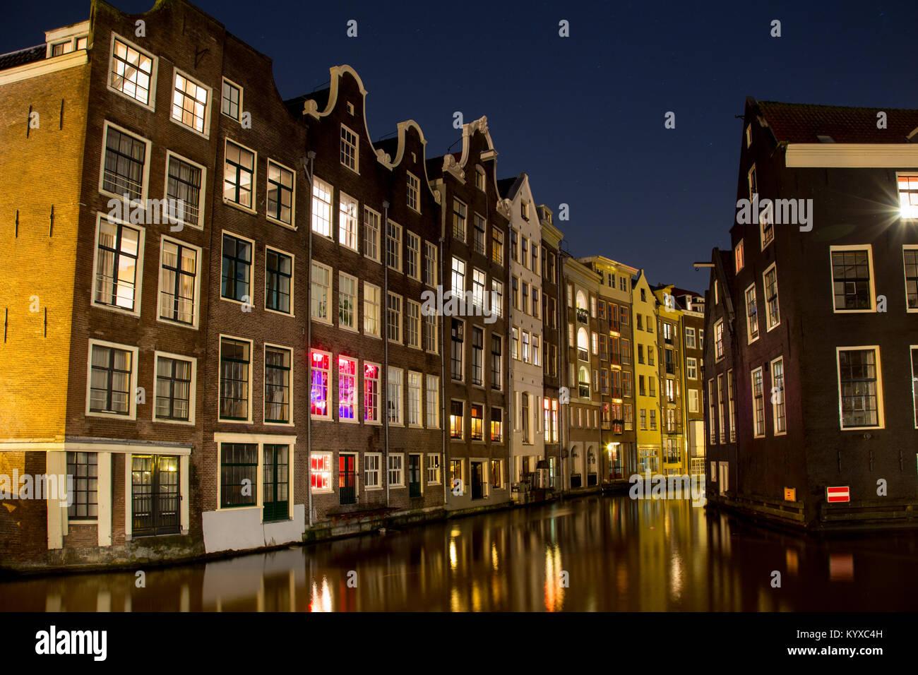 Licht Tour Amsterdam : Amsterdam canal und häuser in der nacht mit licht reflexion im