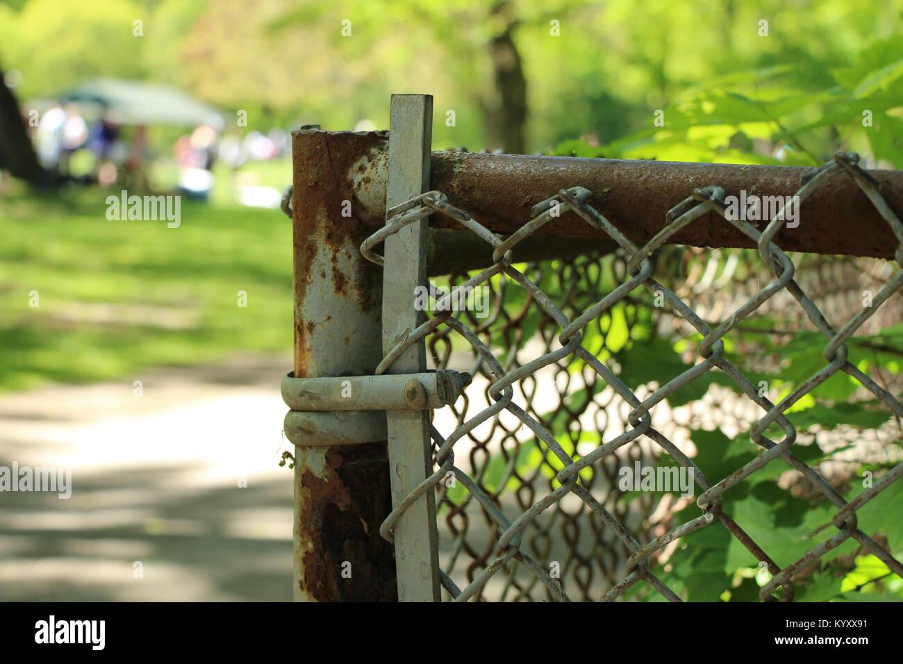Rostiger Zaun Und Defokussiertem Hintergrund Im Park Stockfoto Bild