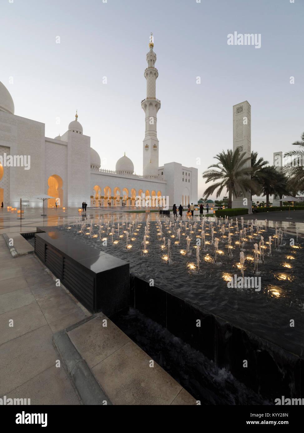 Brunnen vor der Sheikh Zayed Moschee Stockbild