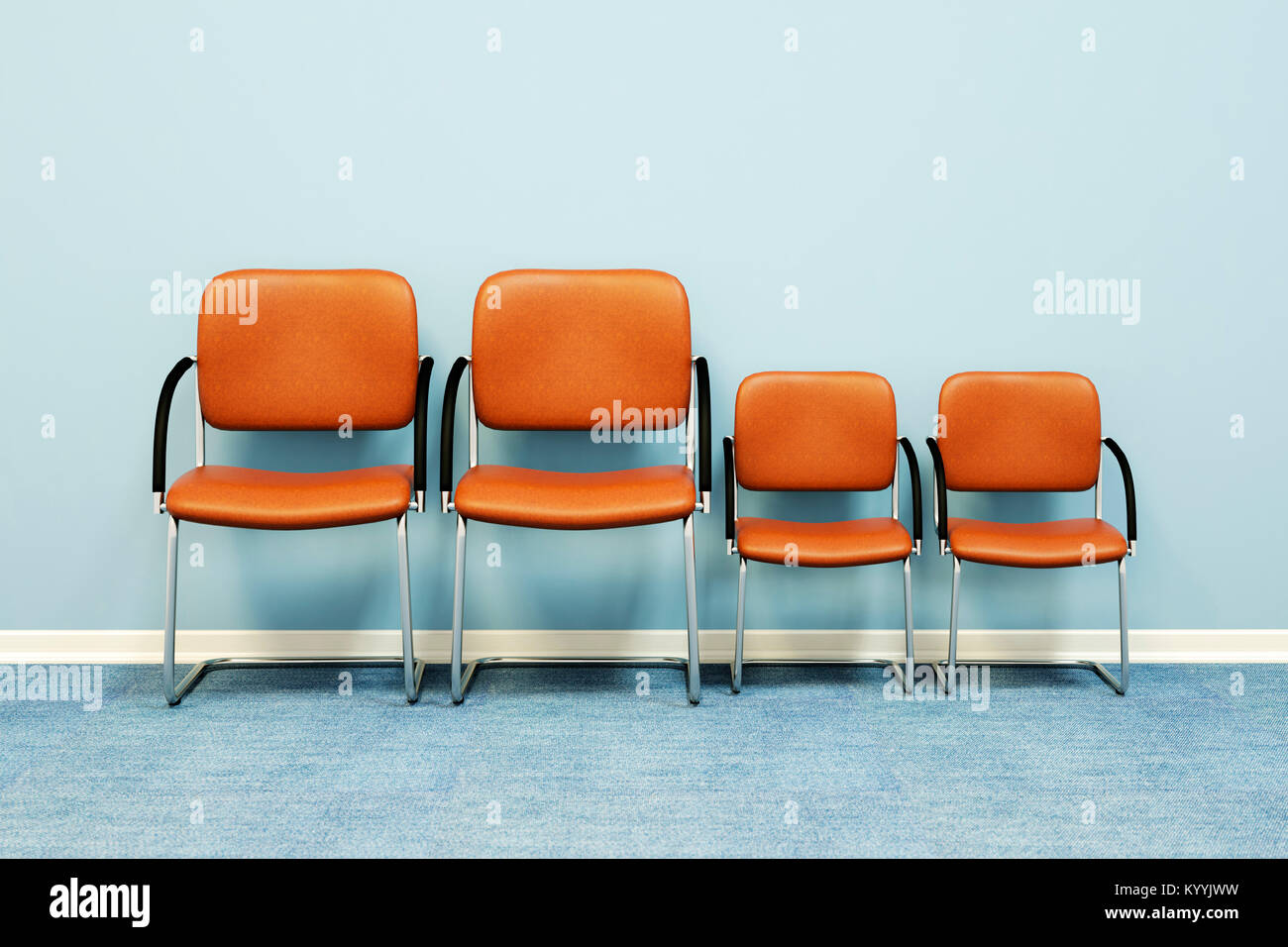 Zwei große und zwei kleine Stühle in einer Reihe gegen eine Wand in einem leeren Raum - Familie Konzept Stockbild