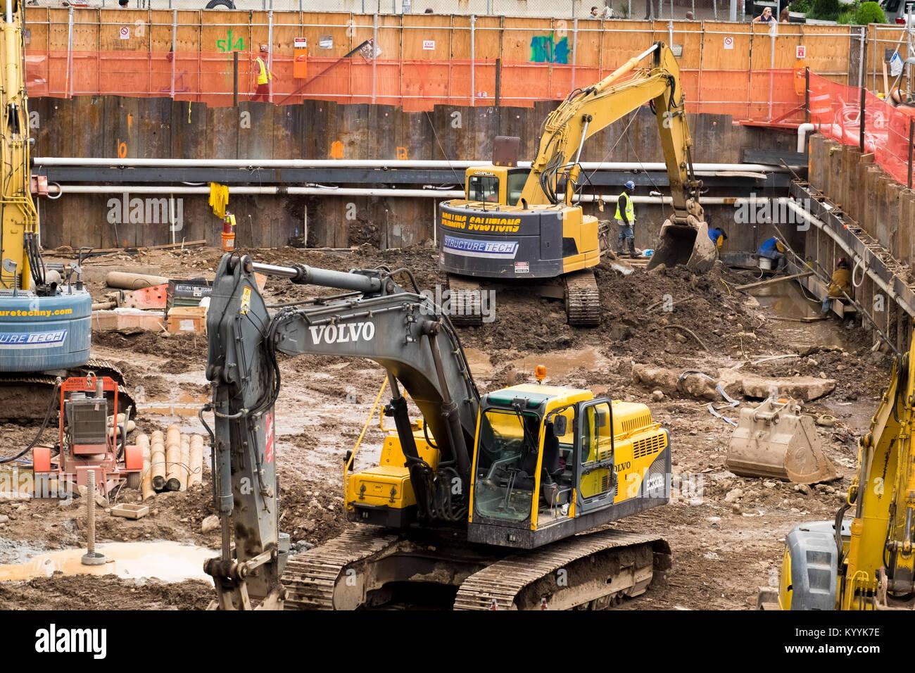 Aushubarbeiten auf einer Baustelle Baustelle im Stadtzentrum, USA Stockbild