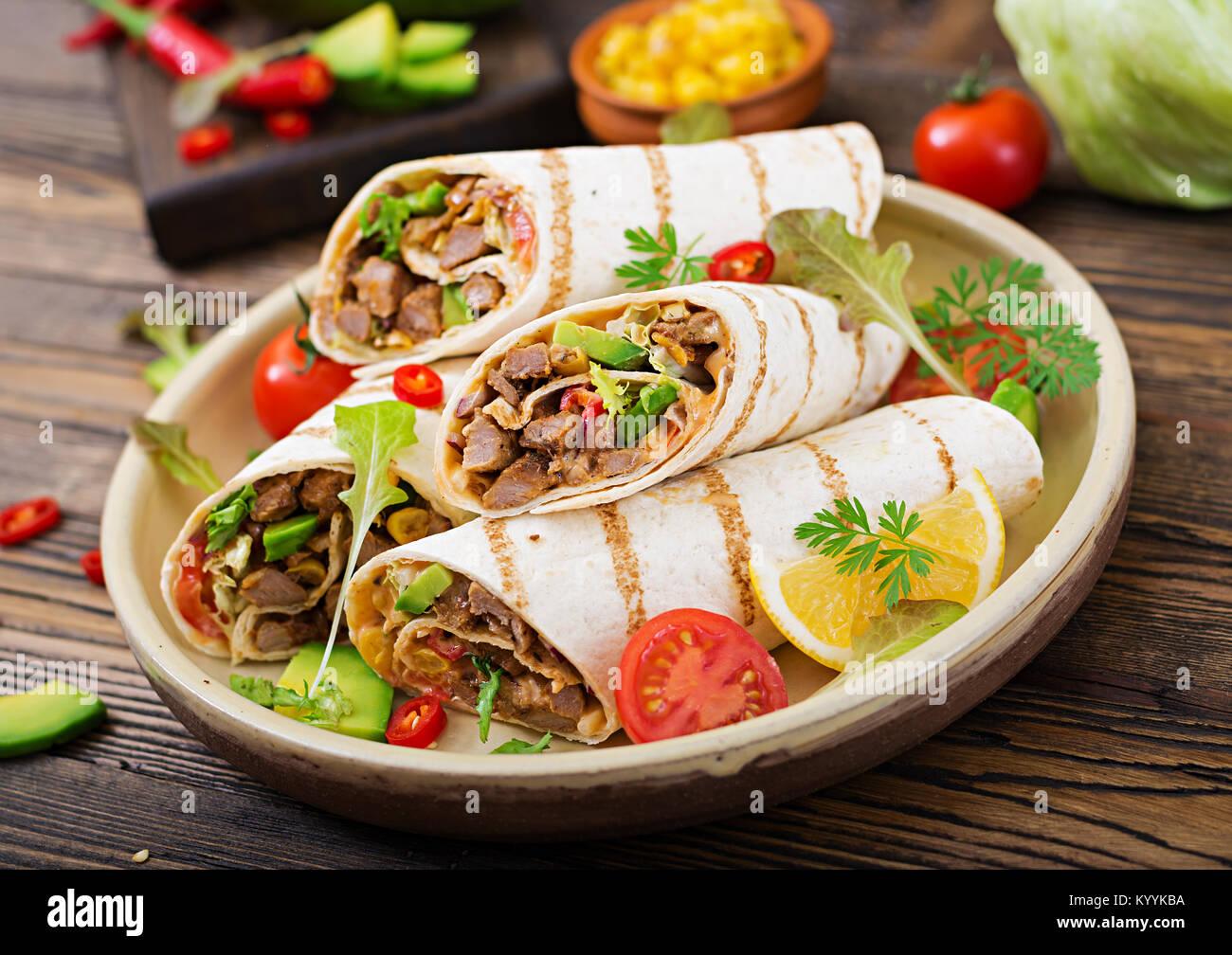 burritos wraps mit rindfleisch und gem se auf einem holz hintergrund beef burrito. Black Bedroom Furniture Sets. Home Design Ideas
