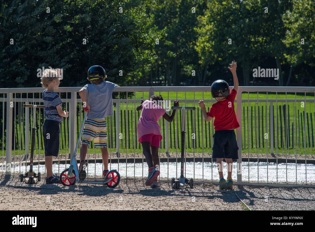 New York, NY, USA - 22.September 2017: Multirassischen Kinder zusammen spielen während des Sommers im Brooklyn Bridge Stockfoto