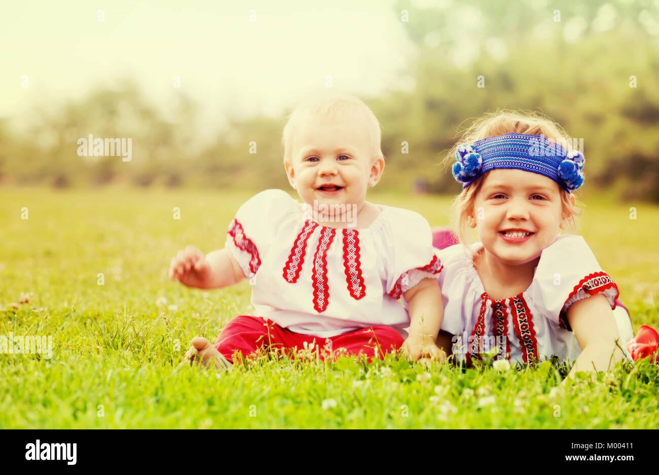 Zwei Gluckliche Kinder In Der Russischen Folklore Kleidung Auf Rasen