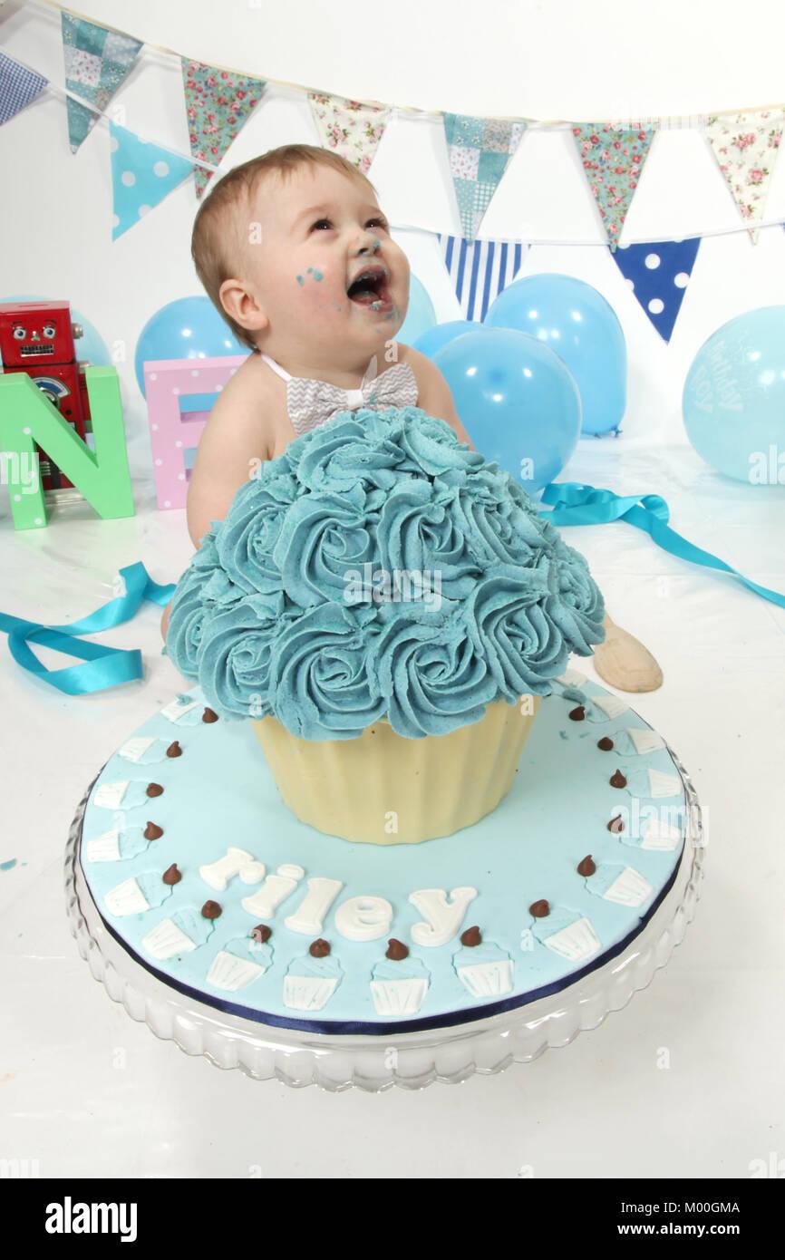 1 Jahre Alten Jungen Geburtstag Kuchen Smash Spass Essen Stockfoto