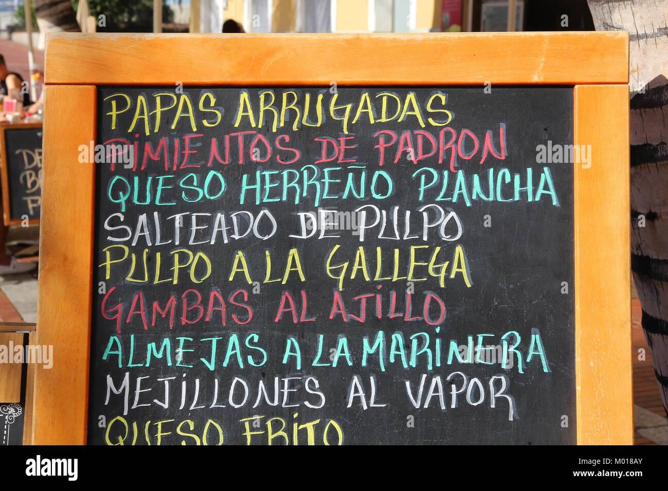 """Kanarischen Inseln Küche - Menü mit Papas arrugadas (Wrinkly Kartoffeln), pimientos (Paprika), """"queso Stockbild"""