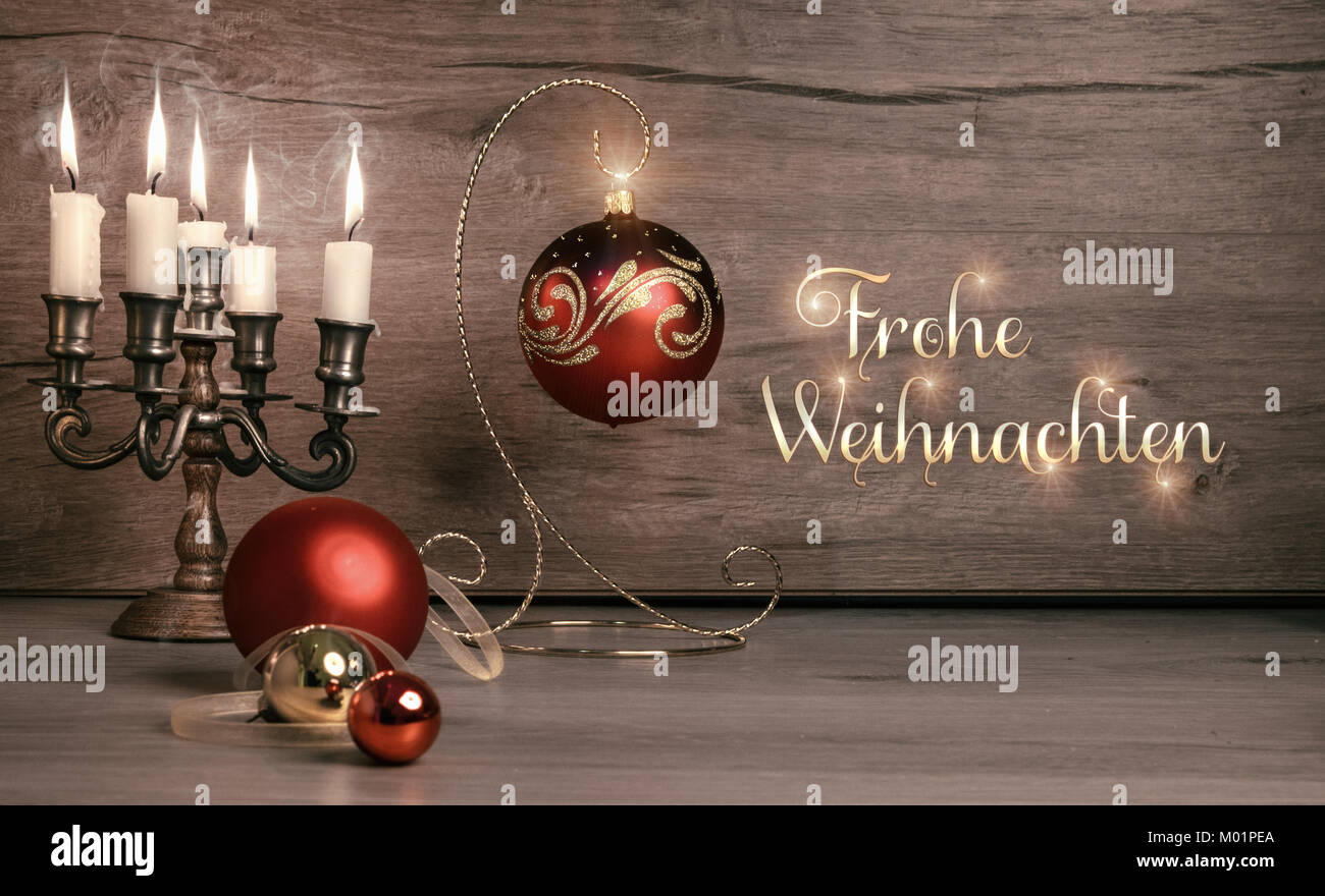 """Stil leben mit Weihnachtsschmuck auf Holz, Bildunterschrift """"Frohe Weihnachten"""" auf getönten Bild Stockbild"""