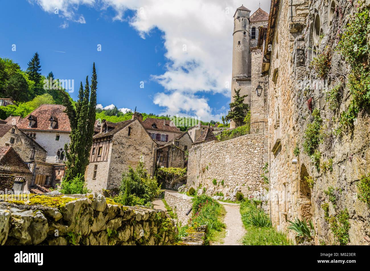 Im Departement Lot und in der französischen Ortschaft midi Pyrenäen finden wir das Dorf Saint Cirq Lapopie Stockbild
