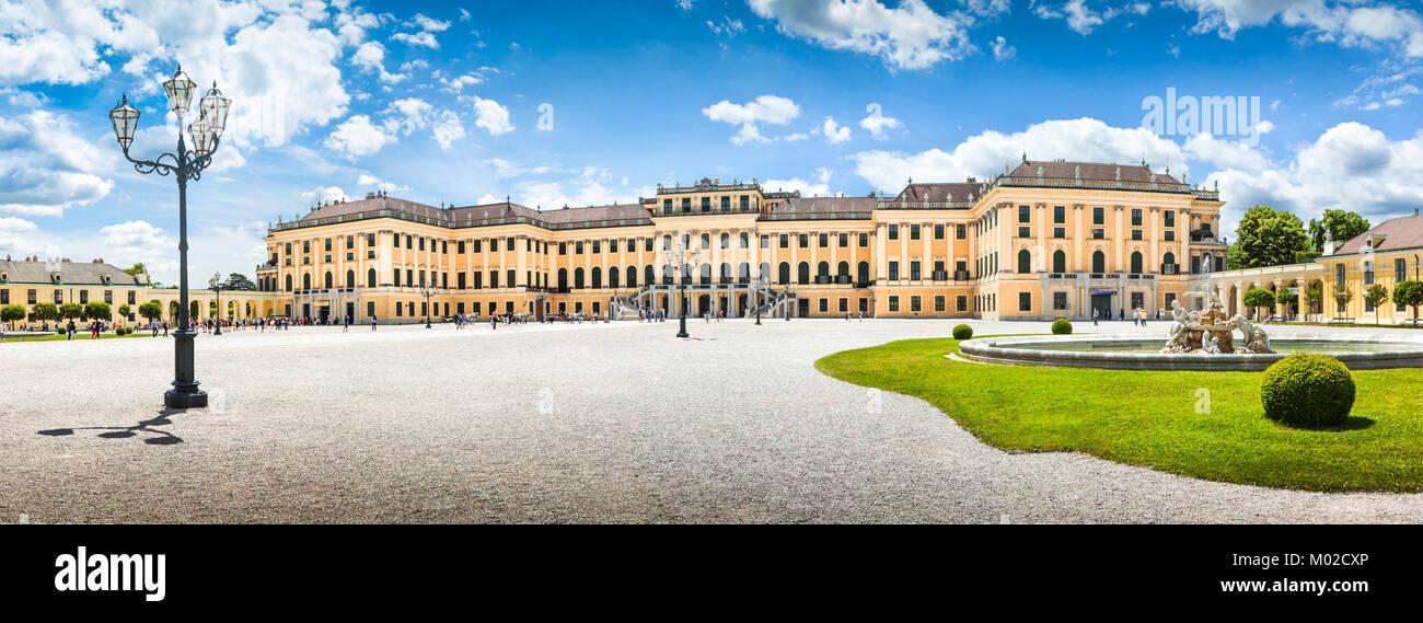 Panoramablick auf den berühmten Schloss Schönbrunn mit dem Haupteingang in Wien, Österreich Stockbild
