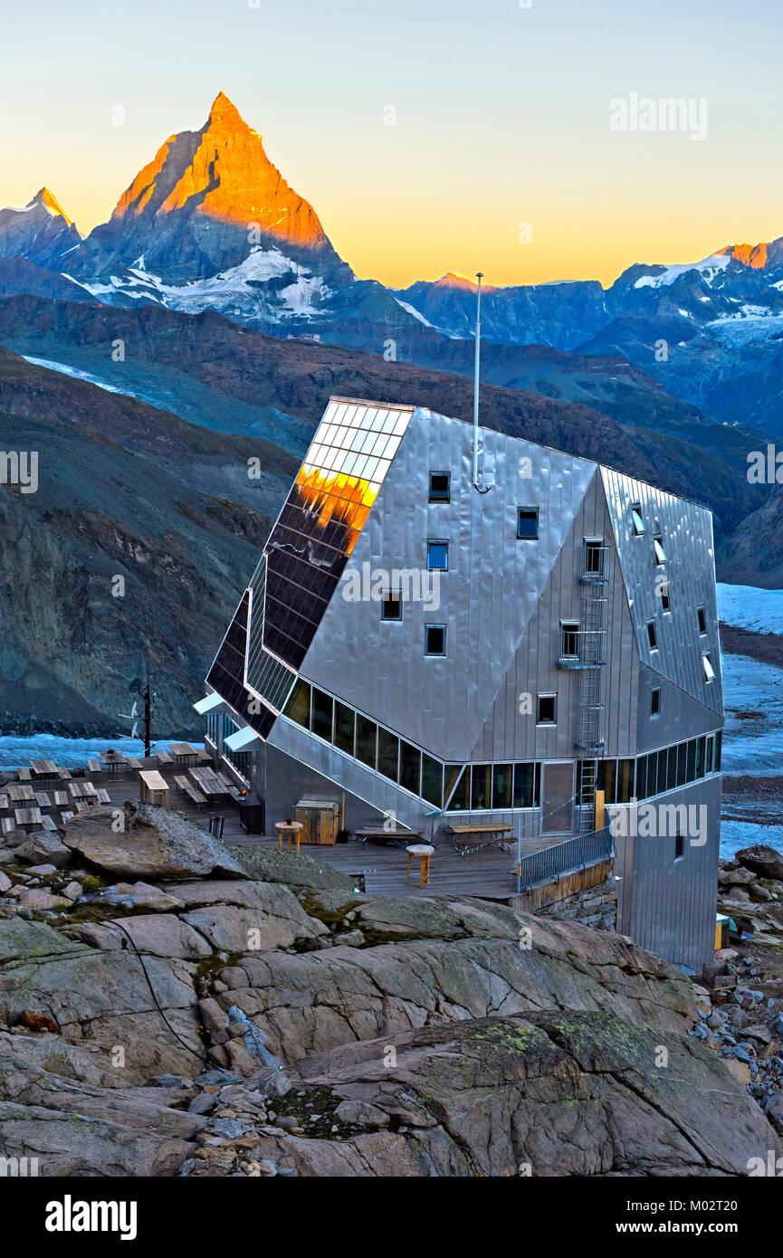 Der Monte Rosa Hütte, auf dem Monte Rosa Massiv, auf einem Gletscher -  Kostenlose rocky Teil genannt, Untere Plattje. Sonnenaufgang über dem Monte  Rosa Hütte und die Gornergletsc Stockfotografie - Alamy