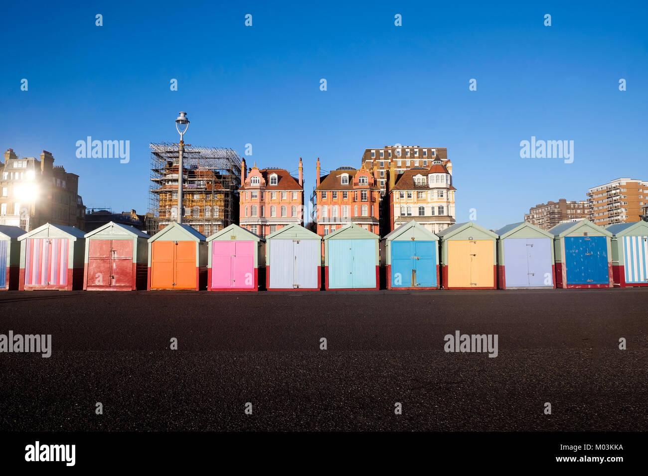 Brighton Seafront 13 bunten Badekabinen, auf Brighton Beach Promenade hinter ist blauer Himmel und 3 viktorianischen Stockfoto