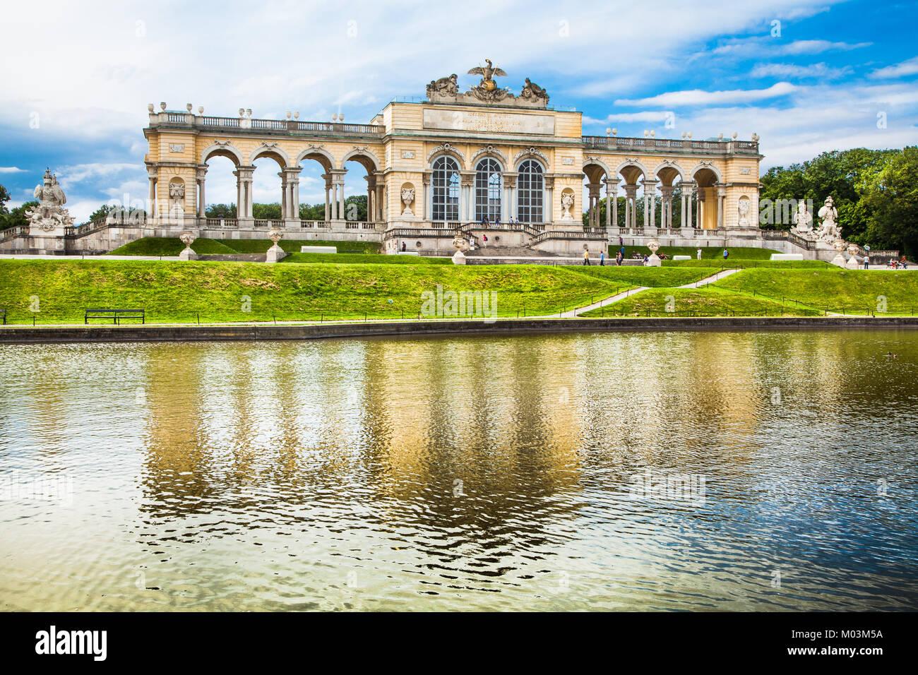 Schönen Blick auf berühmte Gloriette in Schönbrunn und Gärten in Wien, Österreich Stockbild