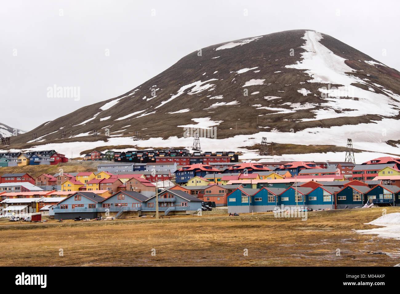 Wooden Wohnhäusern im Sommer in der alten Minenstadt Longyearbyen, Spitzbergen, Svalbard, Norwegen, Skandinavien Stockbild