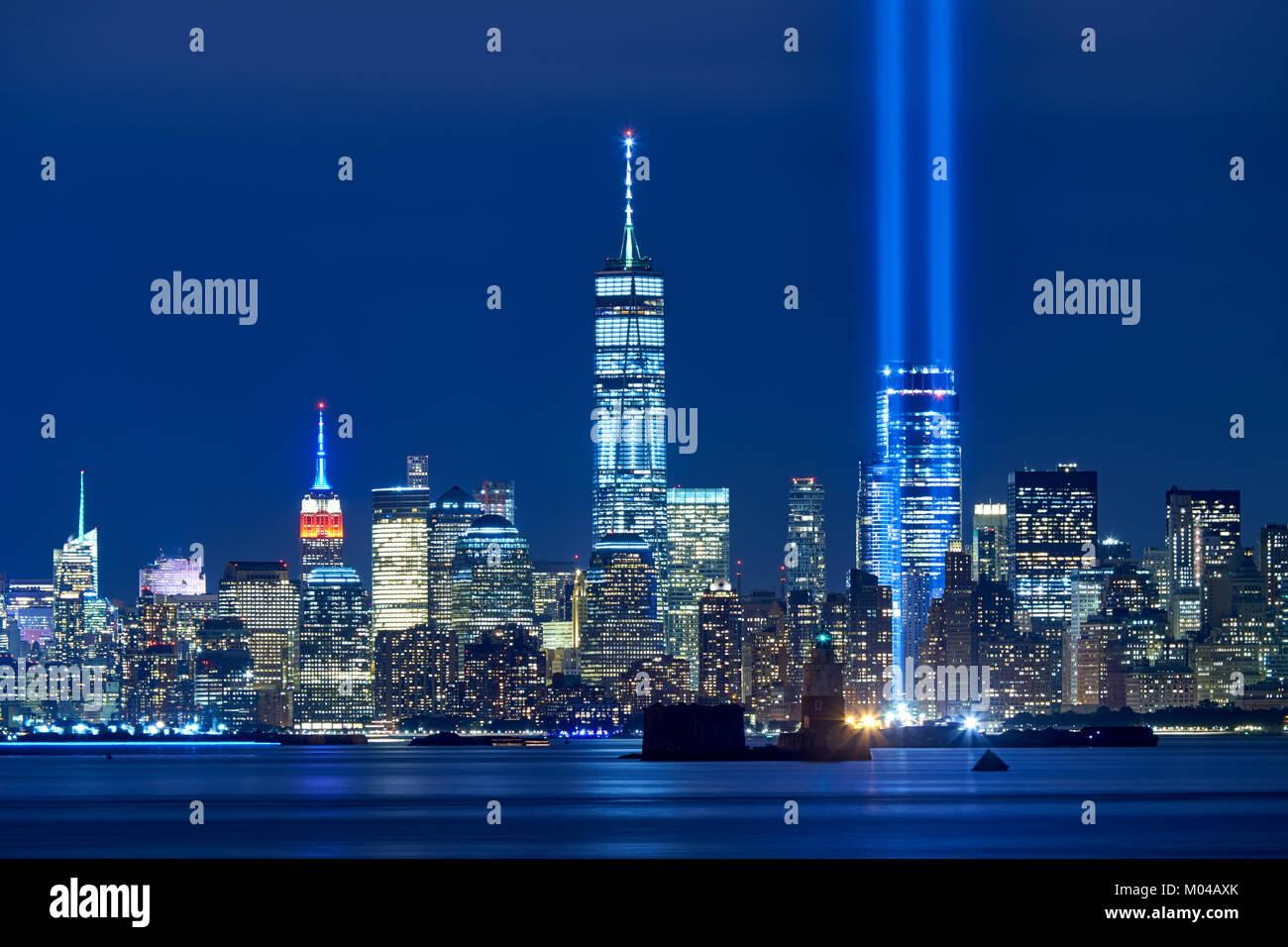 Die beiden Balken des Tribute in Light mit Wolkenkratzern im Finanzviertel in der Nacht. Lower Manhattan, New York Stockbild