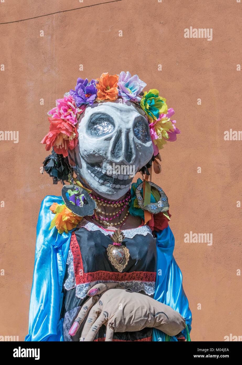 Bunte Tag der Toten Catrina Kostüm, mit einem übergroßen Kopf, Skelett Maske, und ein großer Stockbild