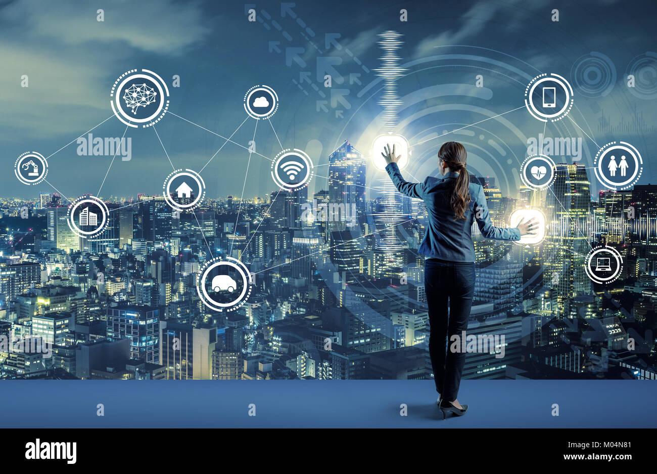 Young Business person und Grafische User Interface Konzept. Künstliche Intelligenz. Internet der Dinge. Informations Stockbild