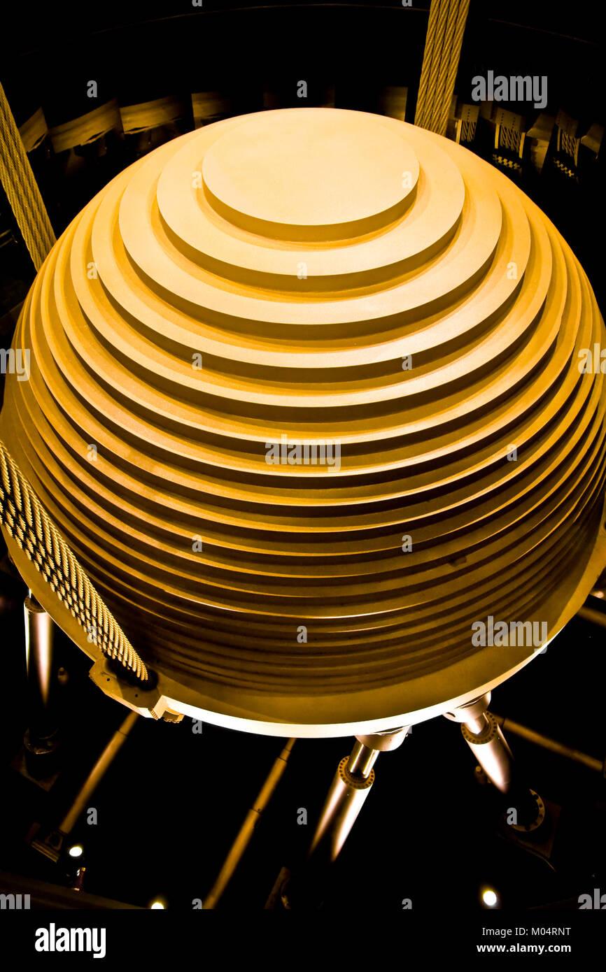 Die 660 Tonnen schweren goldenen Stahl Pendel, das als Tuned mass Damper dient (TMD). Es stabilisiert den Turm gegen Stockbild