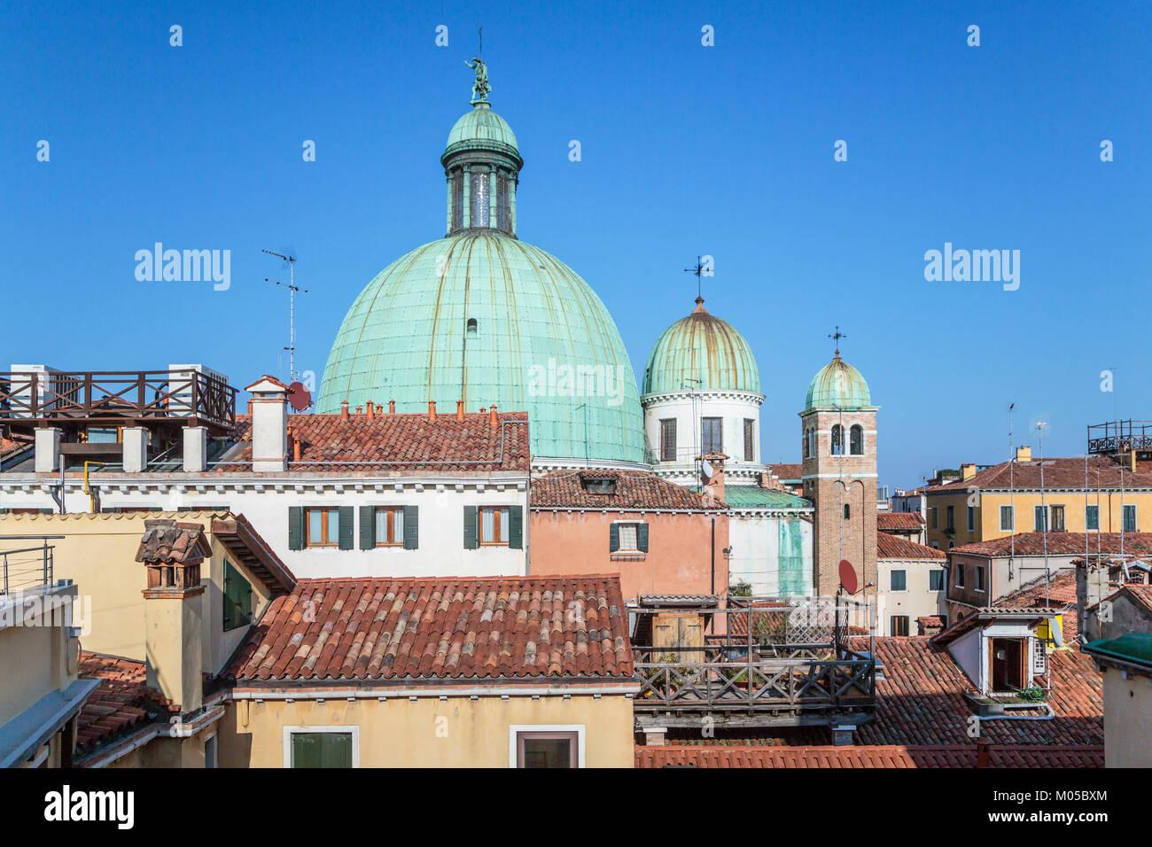 Kirche Kuppeln der Kirche San Simeone Piccolo entlang des Canal Grande in Veneto, Venedig, Italien, Europa. Stockbild