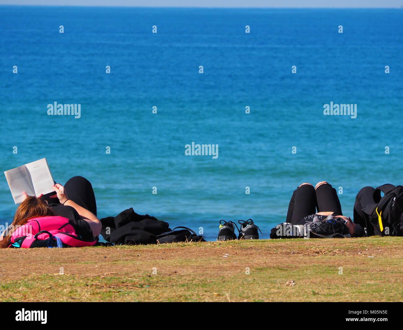 Eine Gruppe Von Freunden In Der Sonne Liegen Und Relaxen Spaß An Der