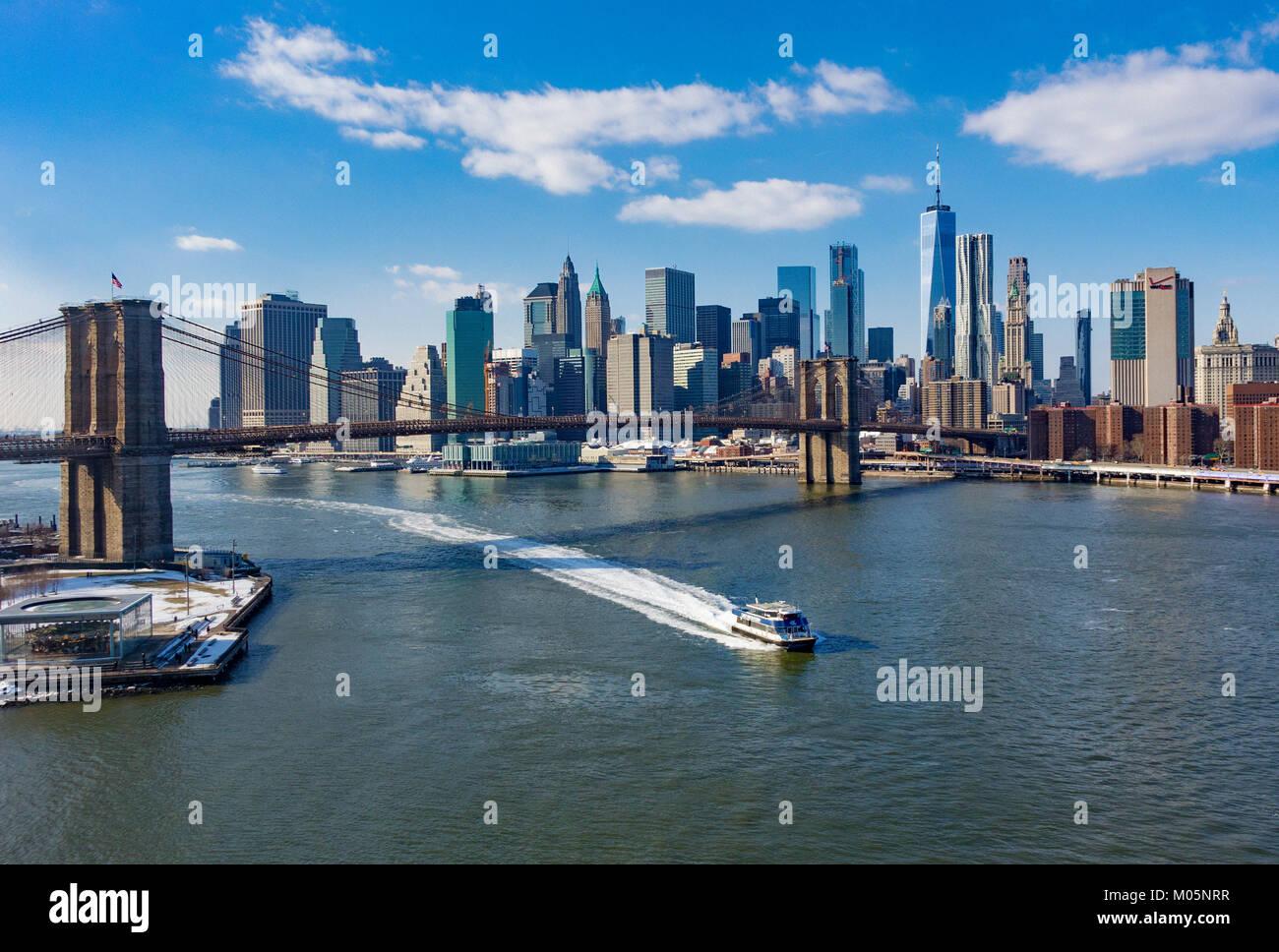 Die Brooklyn Bridge und Lower Manhattan Skyline von über dem East River im Winter gesehen Stockbild