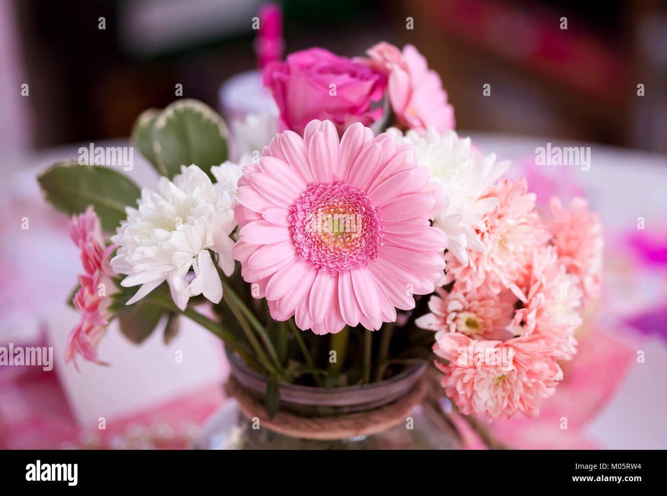 Schone Rosa Gerbera Blume Im Fokus In Einem Bundel Anderer Blumen
