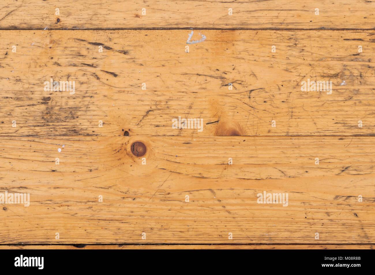 full frame nahaufnahme von zerkratzt und farbe bespritzt alte kiefer