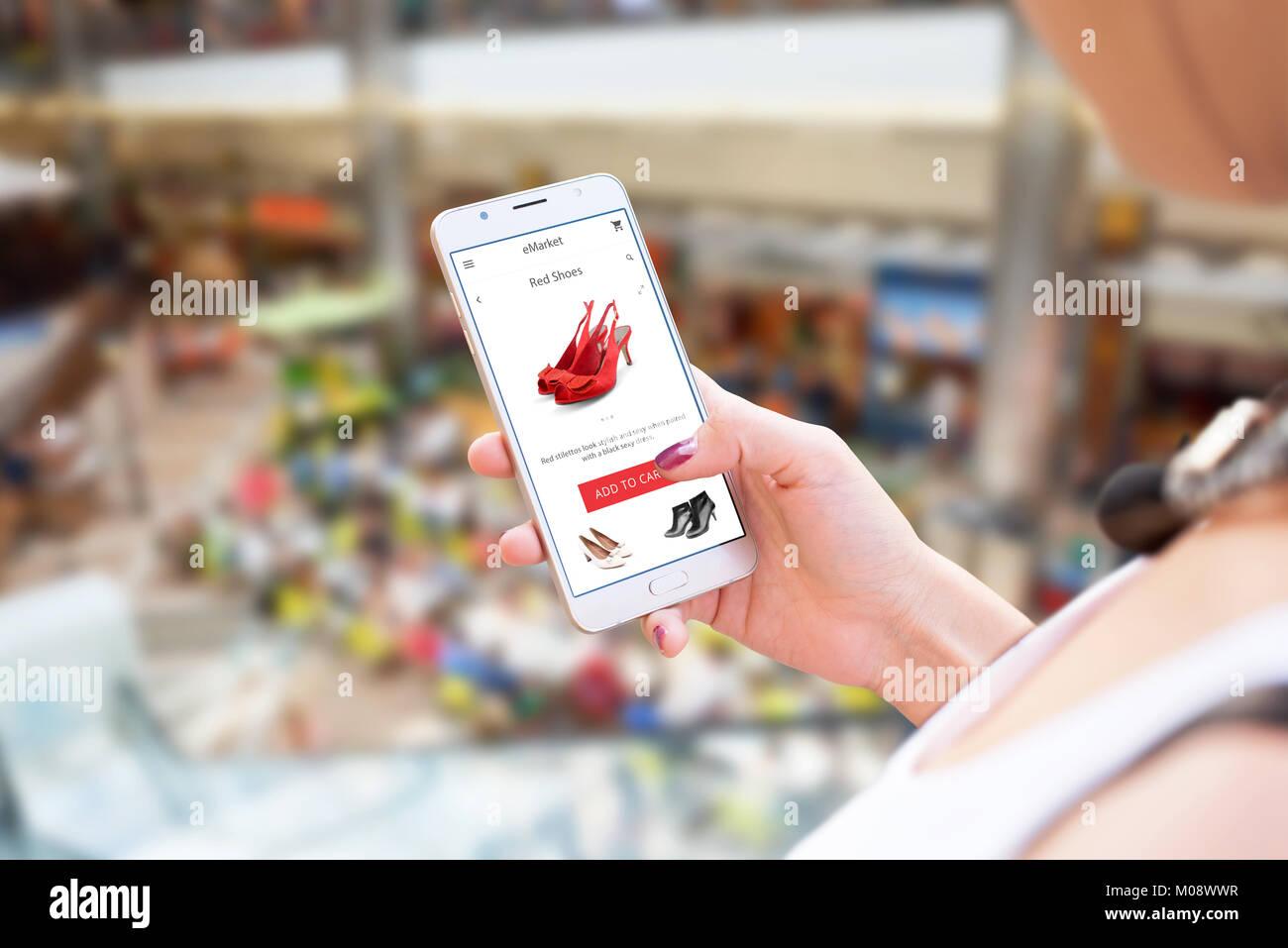 online einkaufen mit dem handy frau mit smart phone. Black Bedroom Furniture Sets. Home Design Ideas