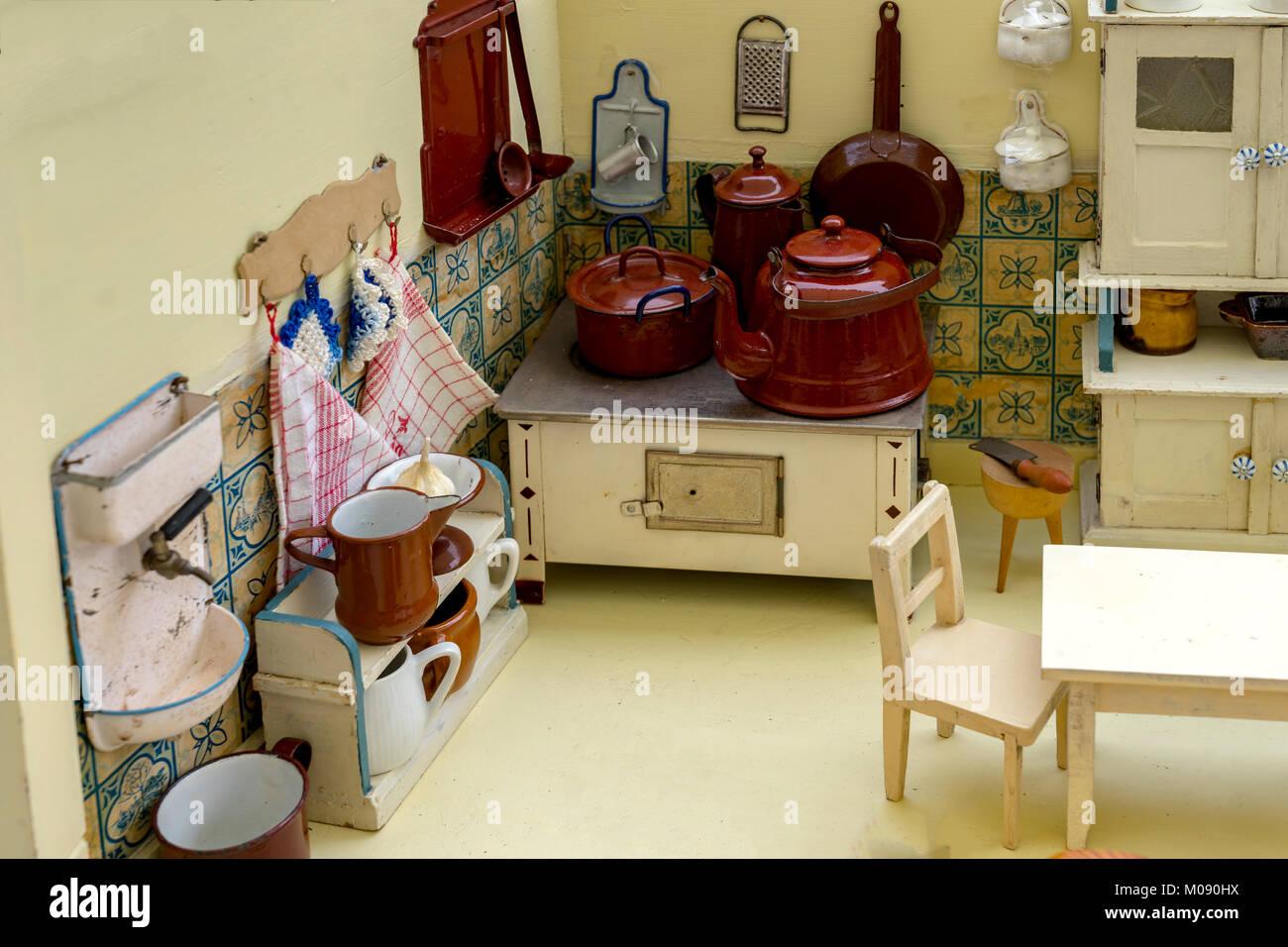 Der Großmutter die alte Puppen Küche mit Zubehör. Spielzeug ...