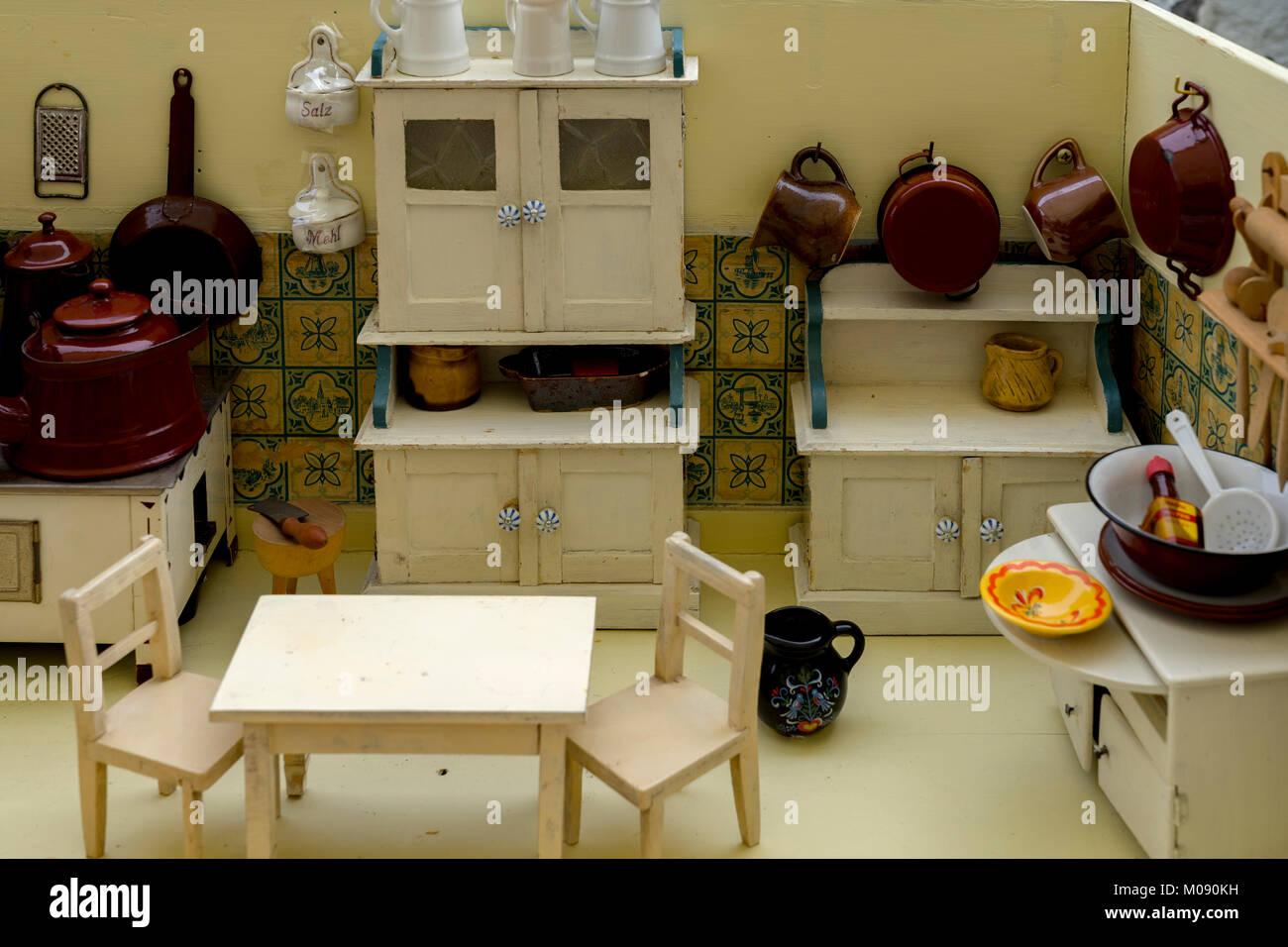 Der Großmutter die alte Puppen Küche mit Zubehör. Spielzeug für ...